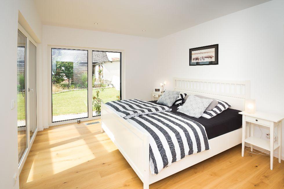 Schlafzimmer mit zwei Terassentüren