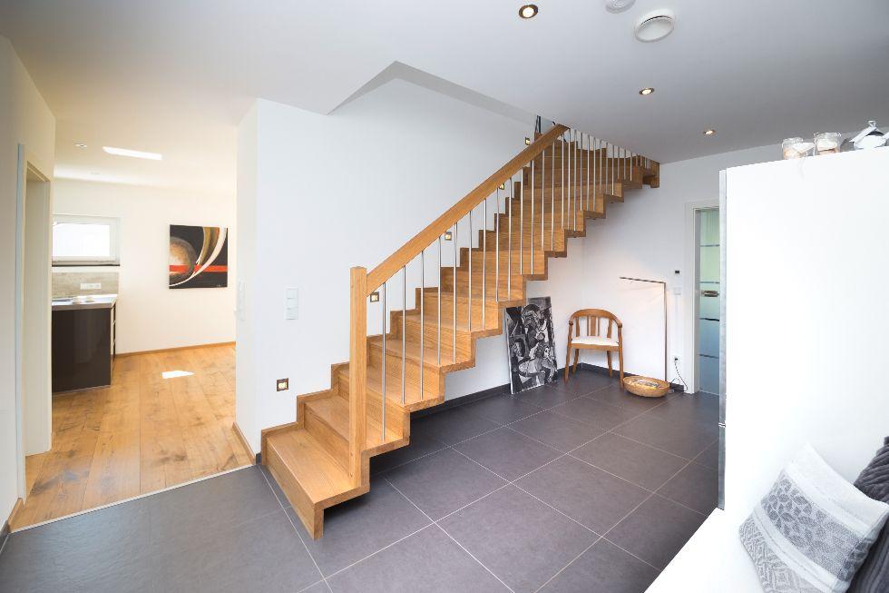 Holztreppe mit Eisenstangen