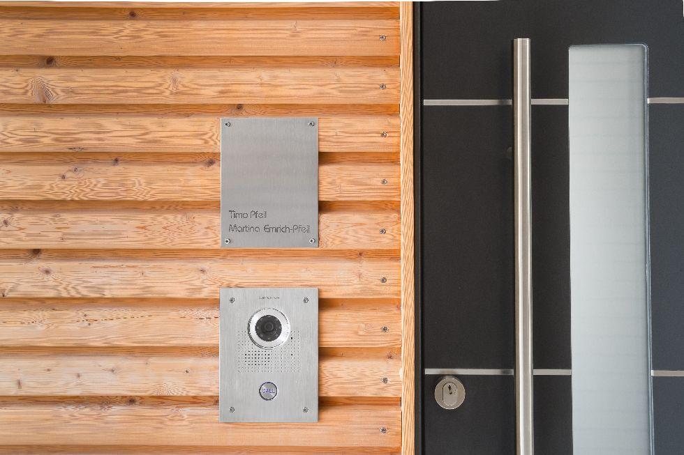 Dunkle Türe kombiniert mit Holzvertäfelung
