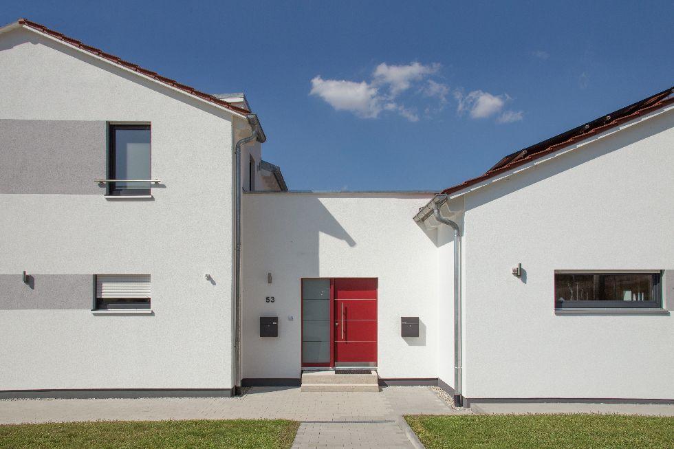 Auffällige rote Türe mit Seitenfenster
