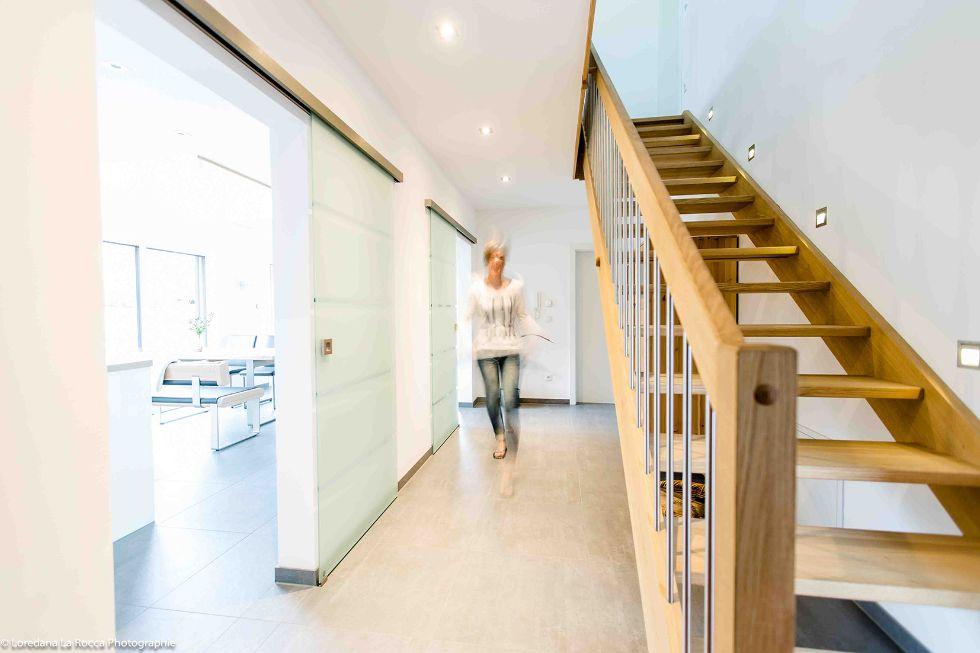 Holztreppe mit integrierten Leuchten in der Wand