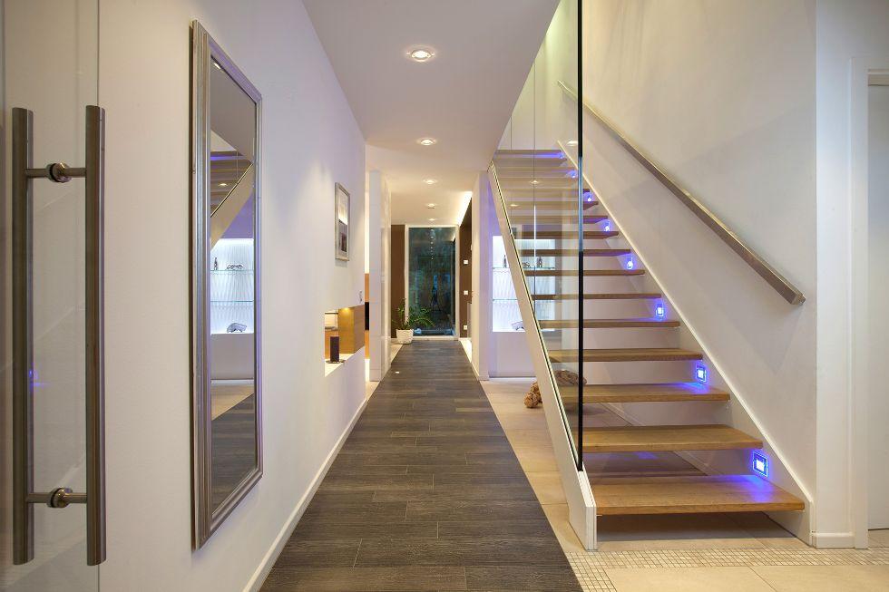 moderne Treppe mit Glaswand