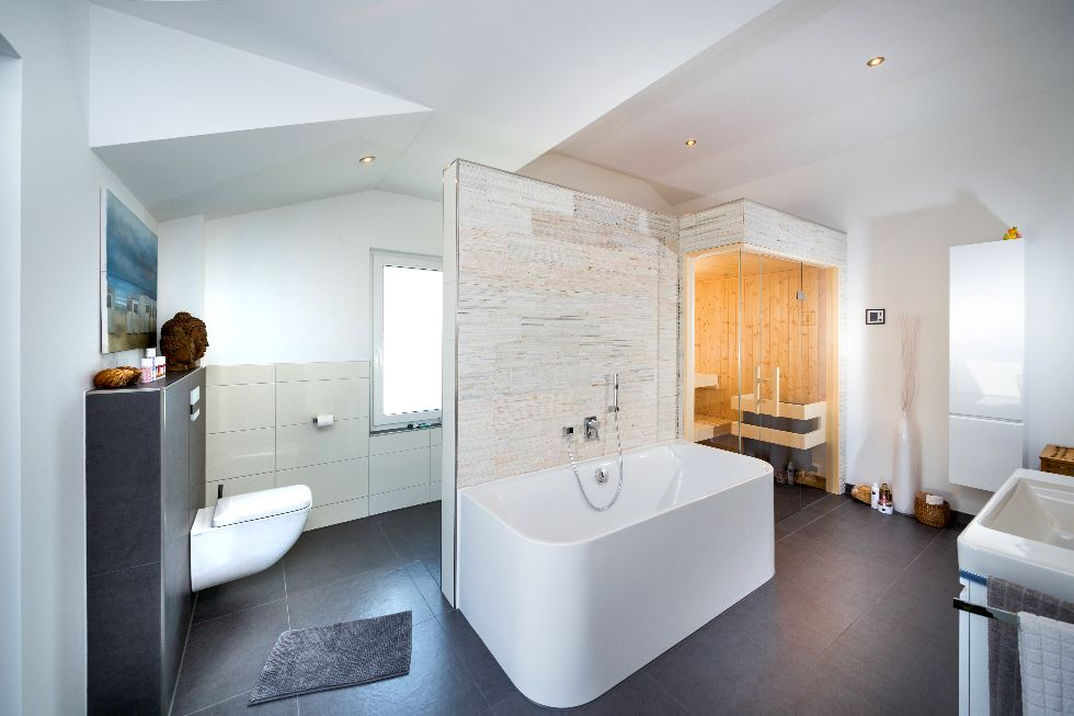 Modernes Bad mit Sauna | FischerHaus: Fertighäuser aus Bayern
