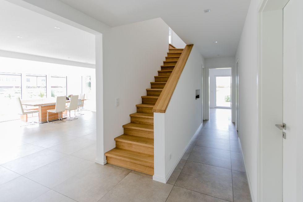 Treppe aus hellem Holz
