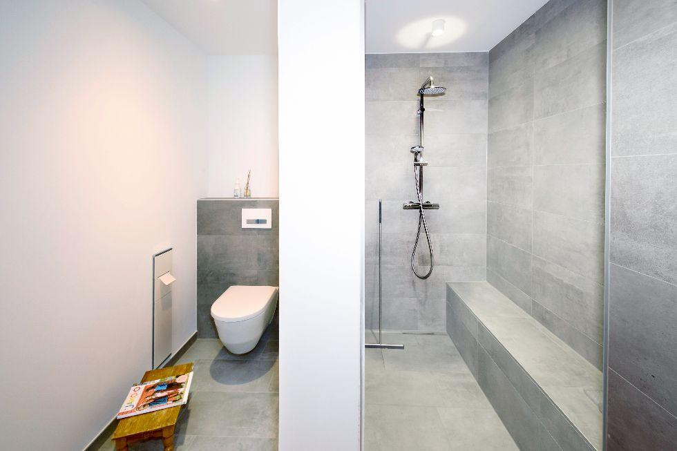 Moderne Dusche mit Sitzgelegenheit