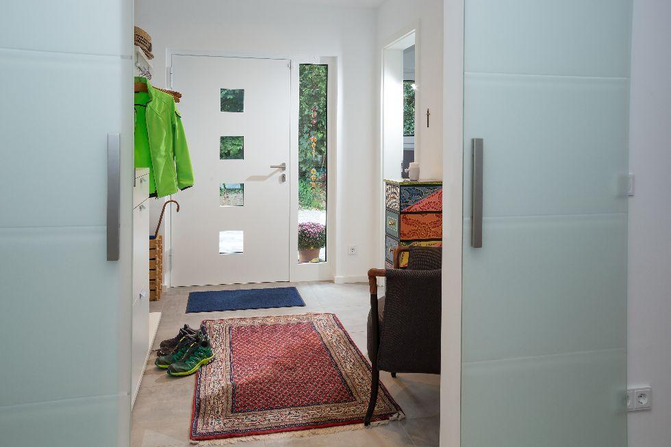 Weiße Haustüre mit 4 Sichtfenstern