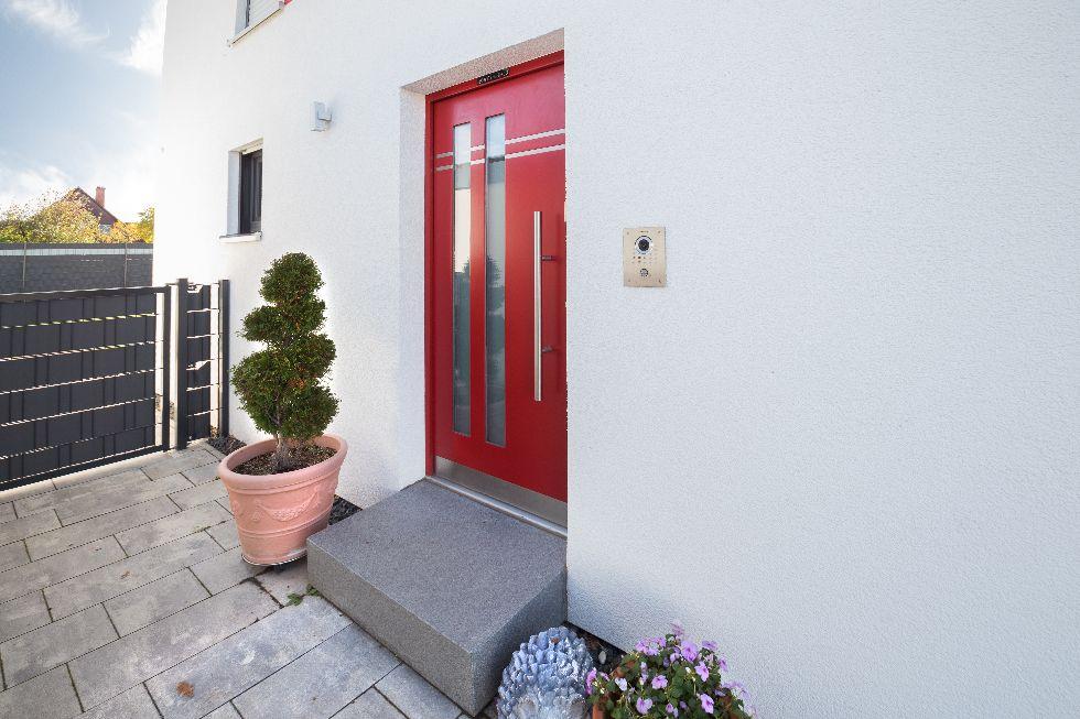 Rote Haustüre mit 2 senkrechten Streifen