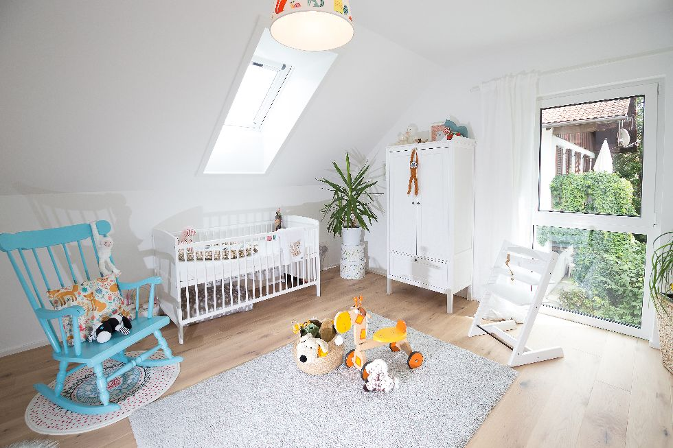Helles Kinderzimmer mit Dachfenster