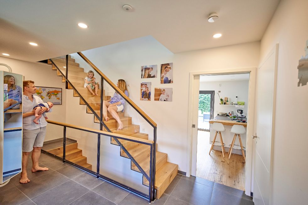 Stylische Treppe mit Glasgeländer