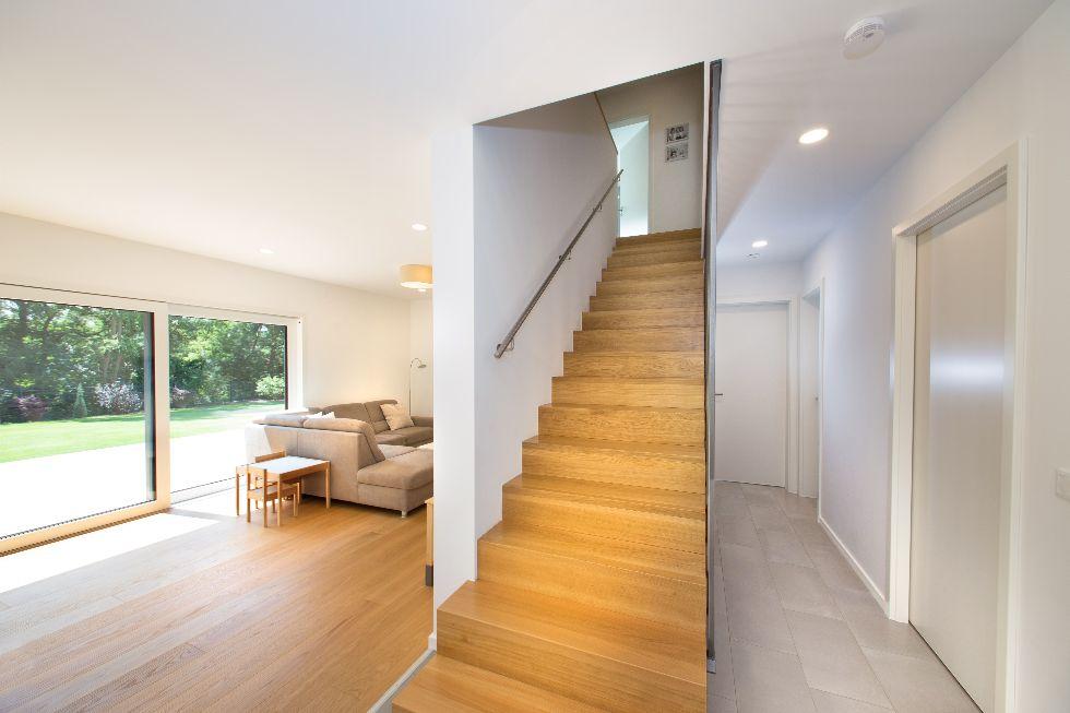 Freistehende Treppe mit Eisengeländer