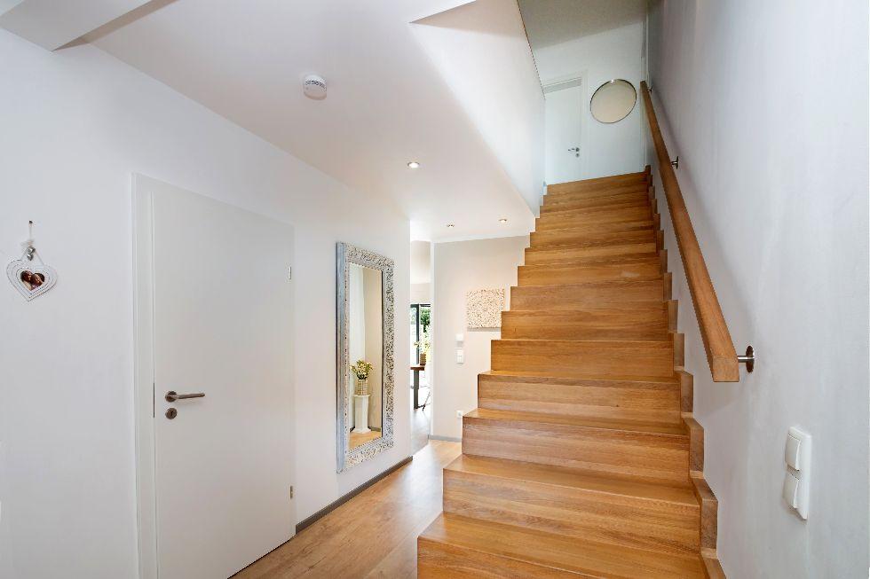 Helle Holztreppe mit Handlauf