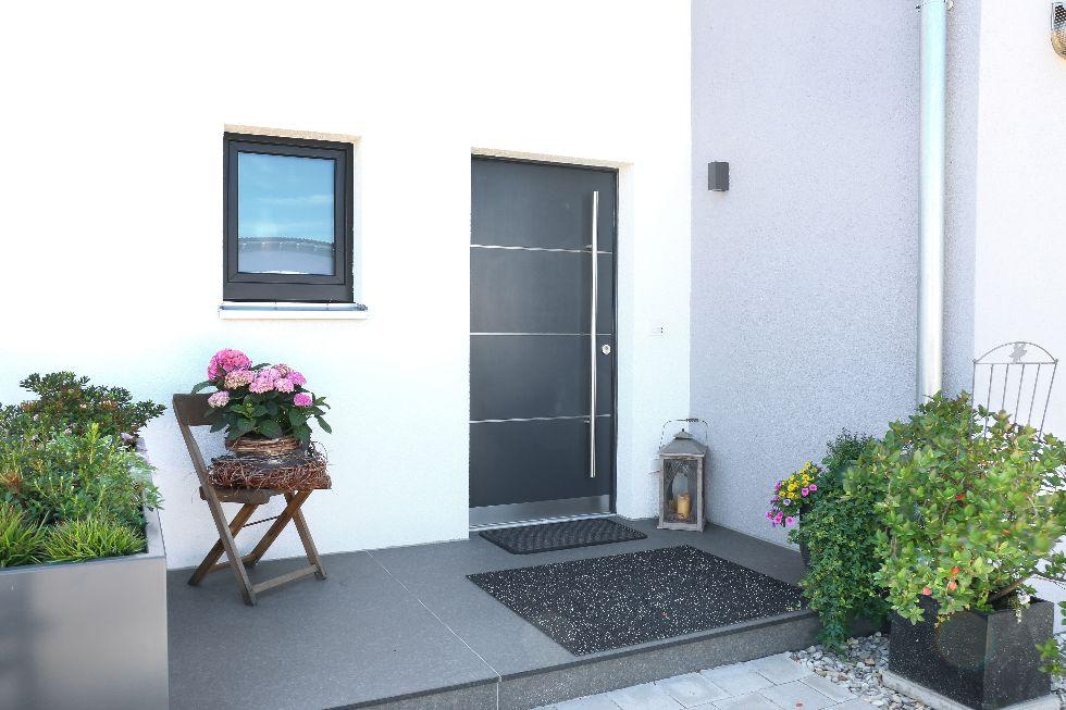 Heller Eingangsbereich mit grauer Haustüre
