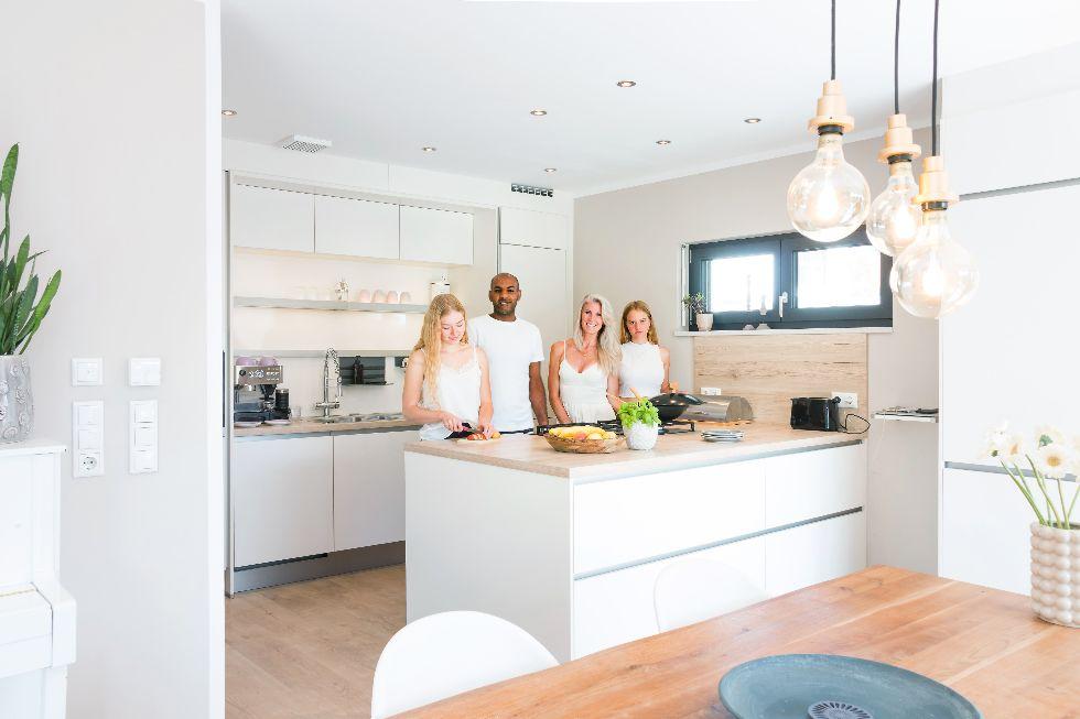 Elegante Helle Küche in weiß