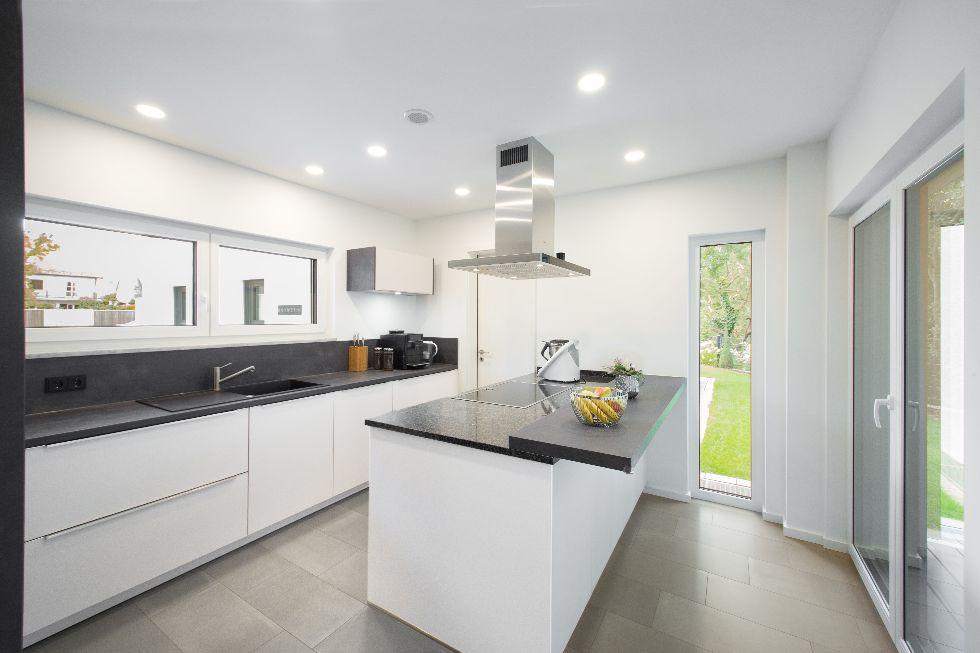 Schlichte Küche mit schwarzer Granitarbeitsplatte