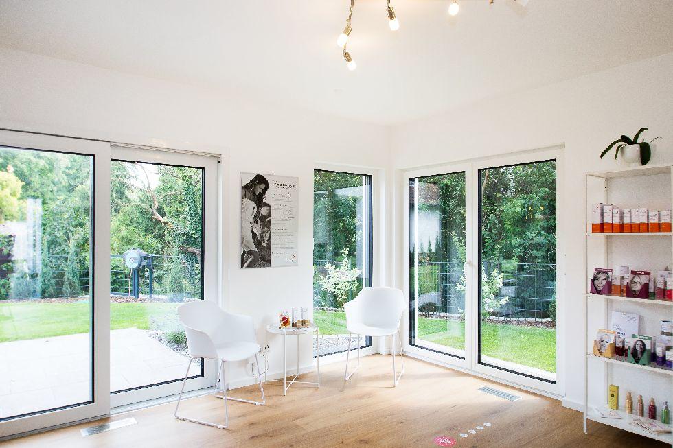 große Schiebetüren mit weißen Fensterrahmen