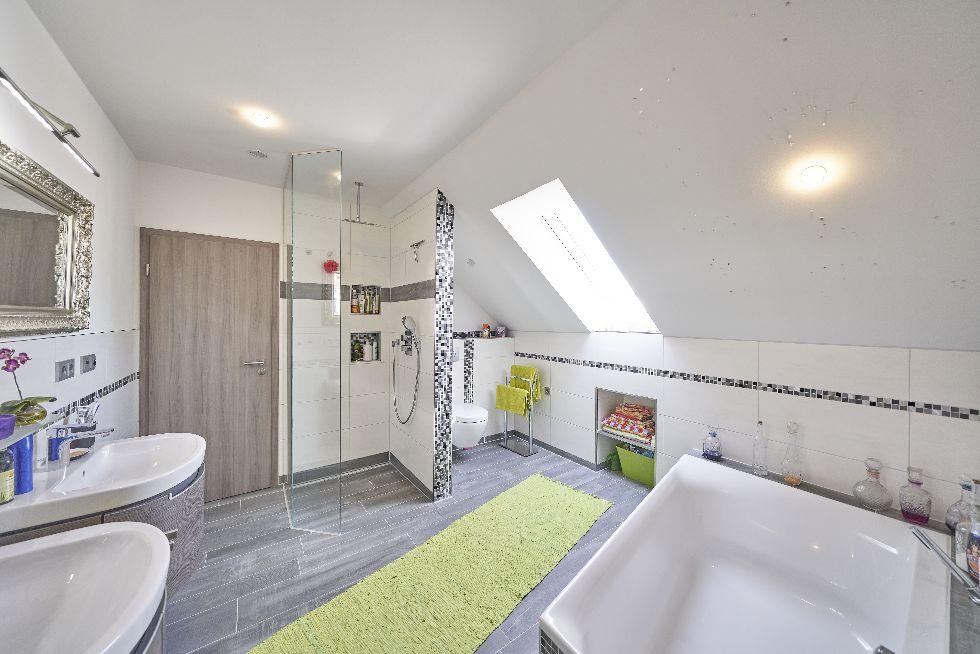 Hellgraues Badezimmer mit Mosaikornamenten