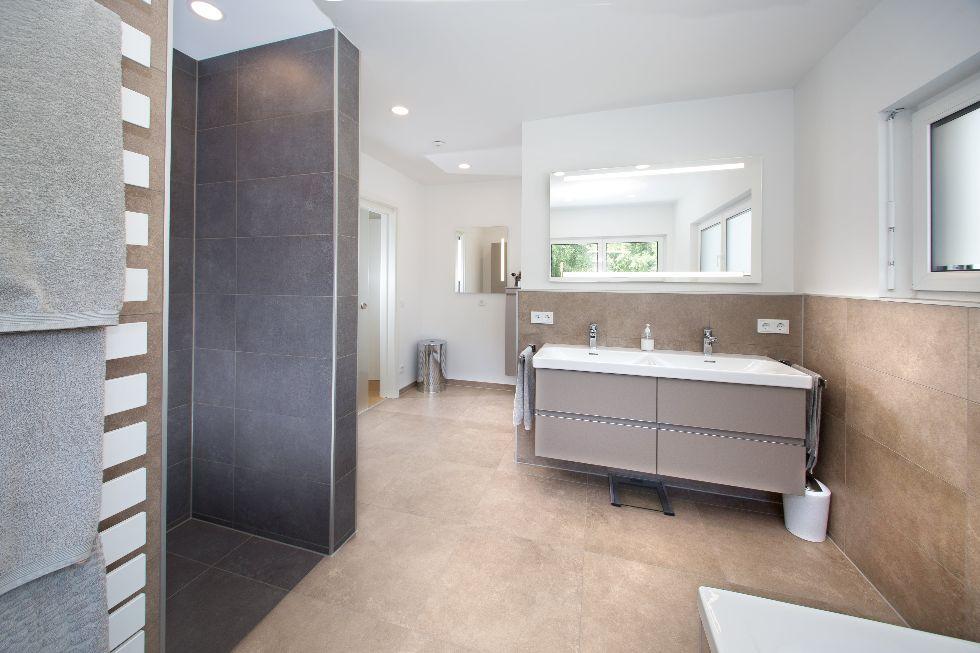 Badezimmer in Erd- und Grautönen