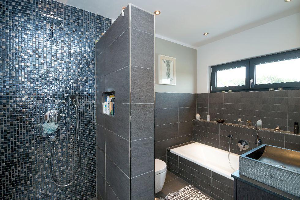 Dunkles Bad mit einer Duschwand aus Mosaiksteinen