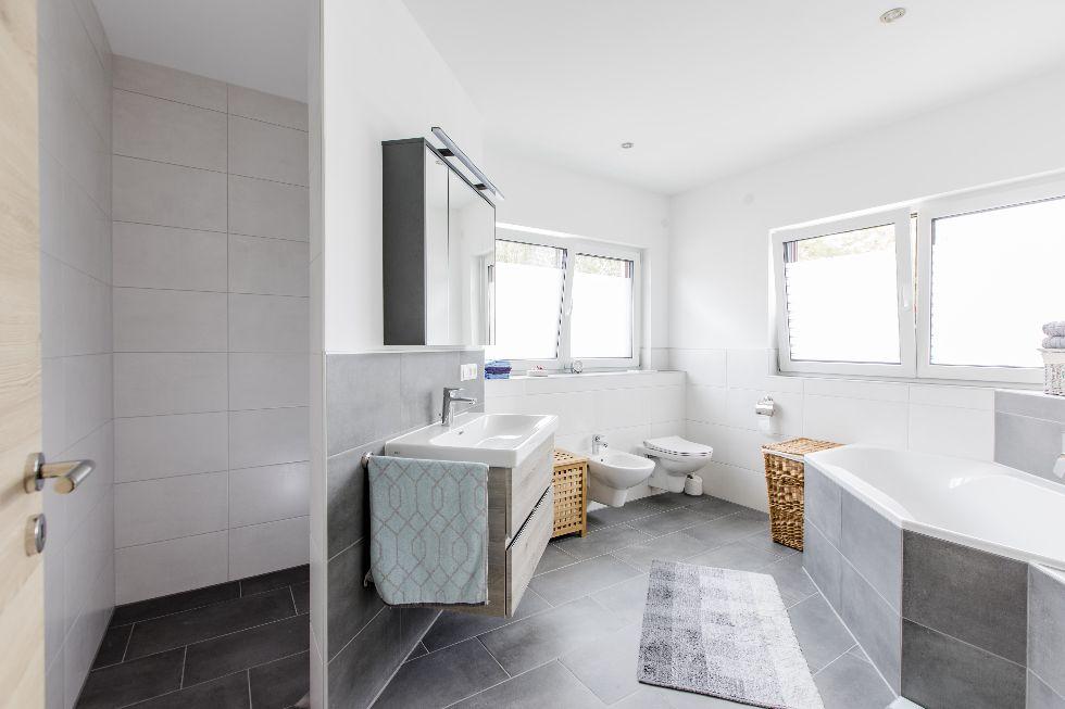 Badezimmer mit versteckter Dusche