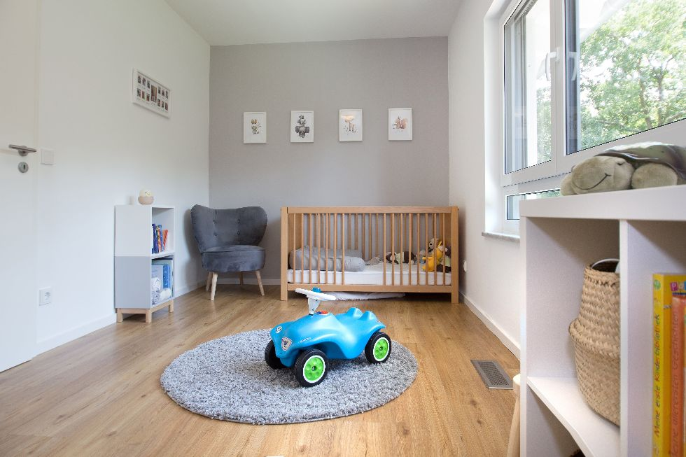 Helles Kinderzimmer mit Blick in die Natur
