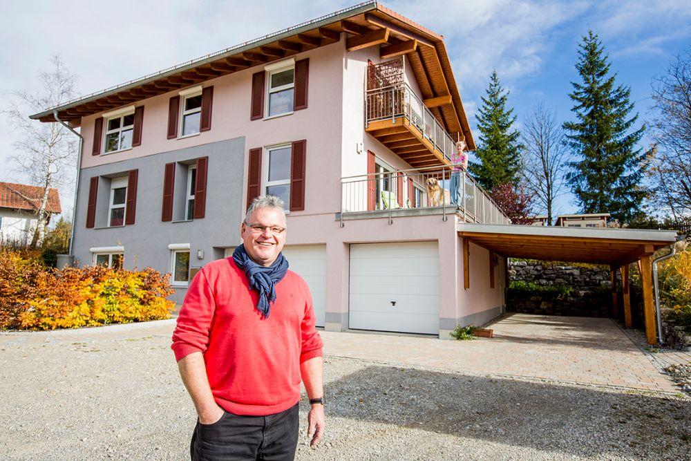 Energieeffizientes Dreifamilienhaus von FischerHaus im Voralpenland