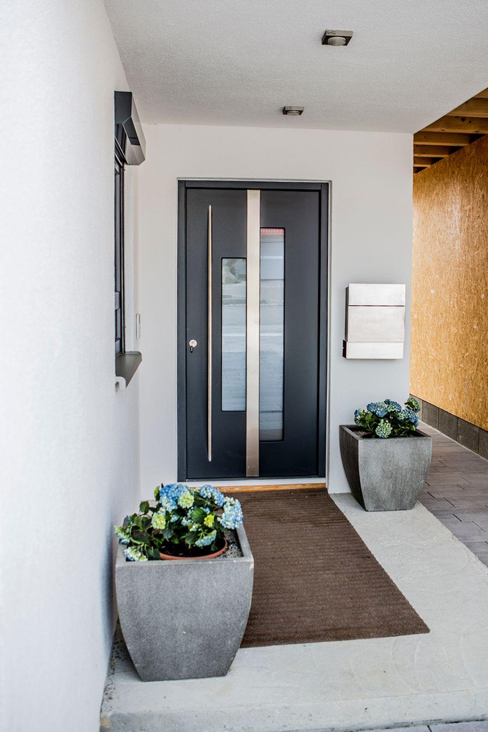 Dunkle Haustüre mit versetzten Glasscheiben