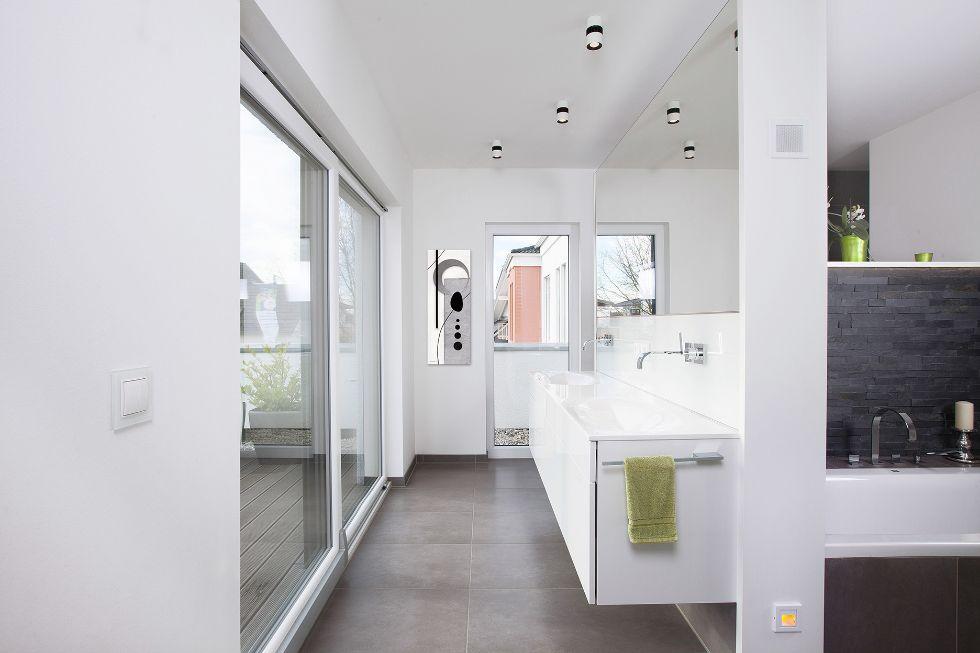 Große Spiegelwand mit integriertem Doppelwaschbecken