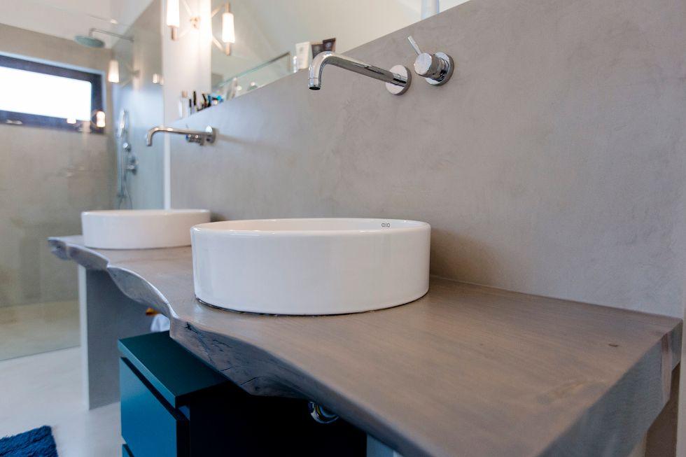 Stylische runde Waschbecken auf einem Holzbalken