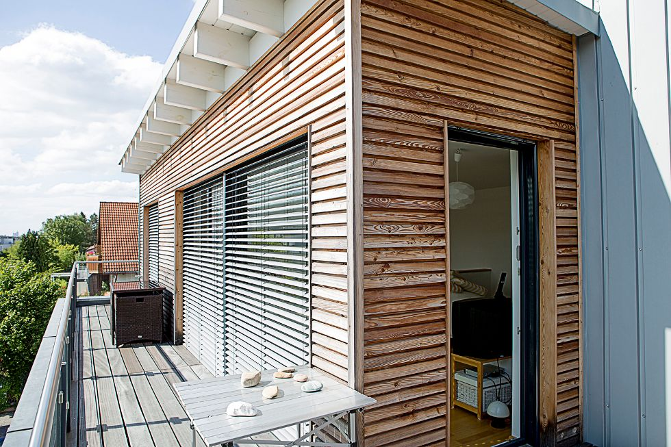 Moderne Holzvertäfelung im Balkonbereich