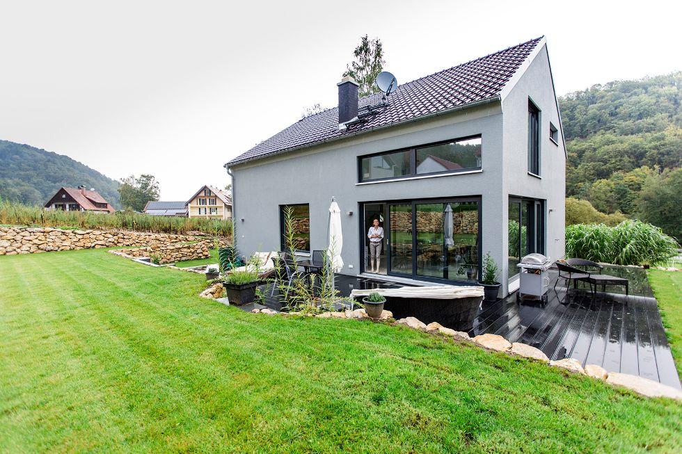 stylische fassade in hellem grau fischerhaus. Black Bedroom Furniture Sets. Home Design Ideas