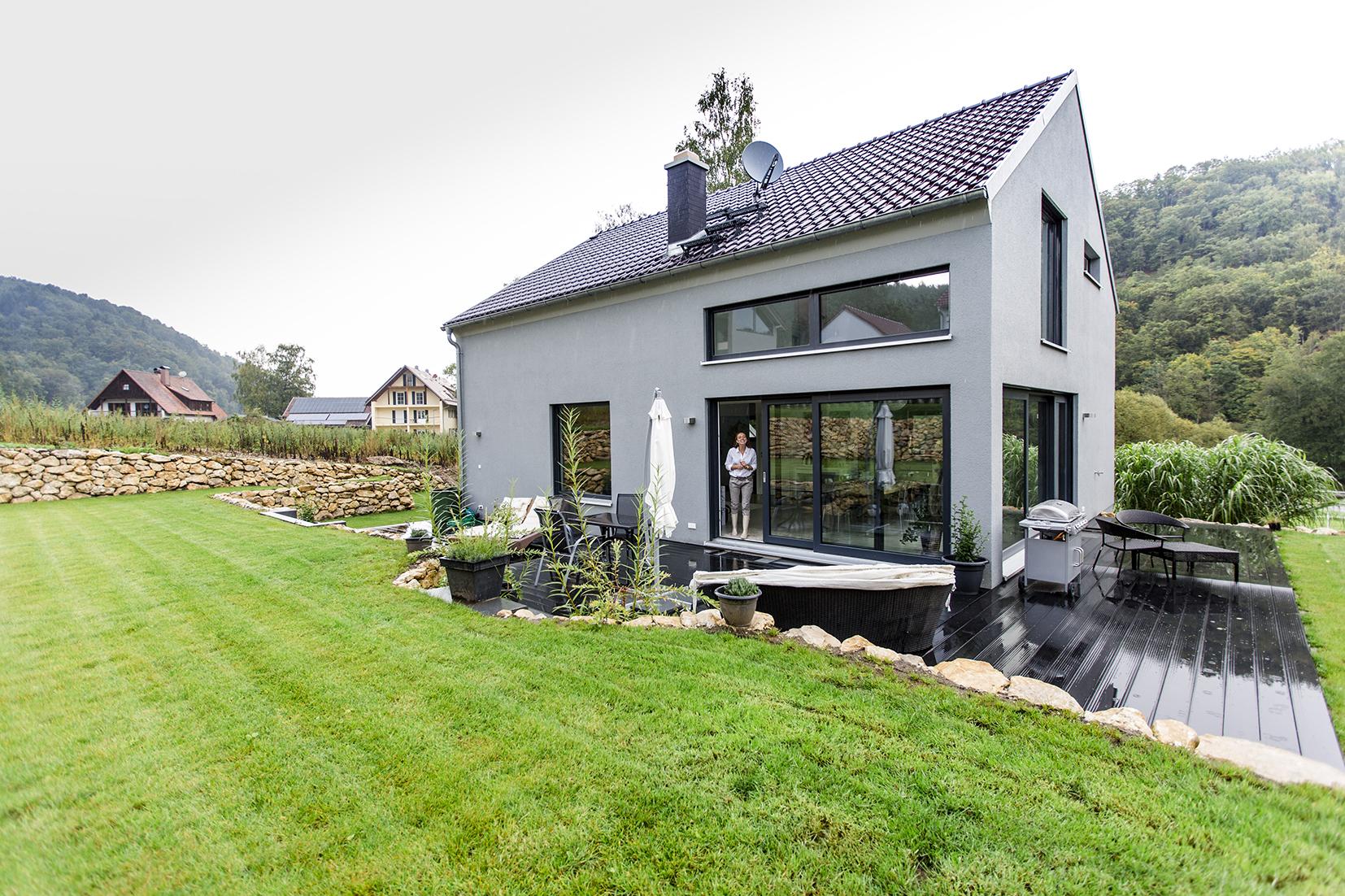 stylische fassade in hellem grau fischerhaus fertigh user aus bayern. Black Bedroom Furniture Sets. Home Design Ideas