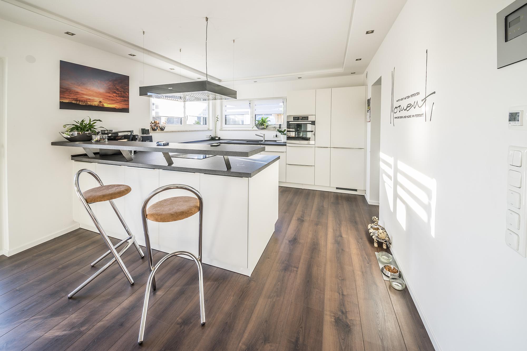 k che mit integriertem tresen fischerhaus fertigh user. Black Bedroom Furniture Sets. Home Design Ideas