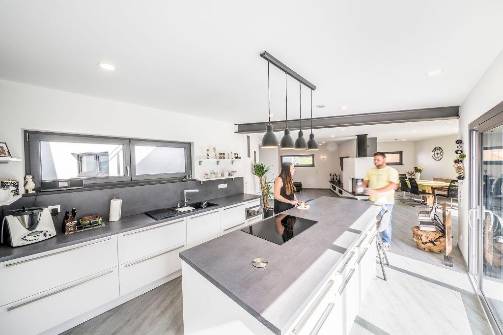 offene k che mit naturstein fischerhaus fertigh user aus bayern. Black Bedroom Furniture Sets. Home Design Ideas