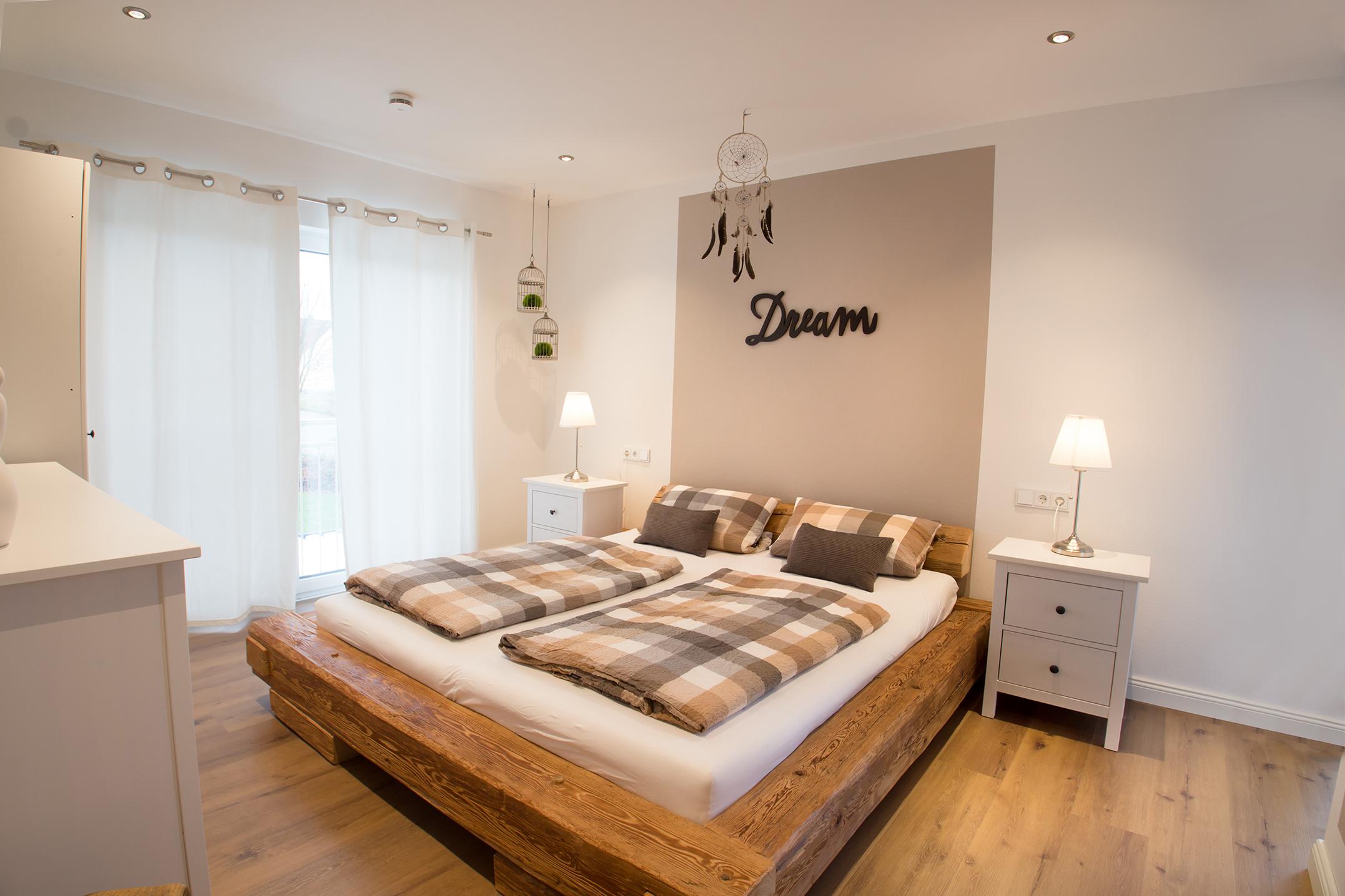 rustikales schlafzimmer im landhausstil fischerhaus fertigh user aus bayern. Black Bedroom Furniture Sets. Home Design Ideas