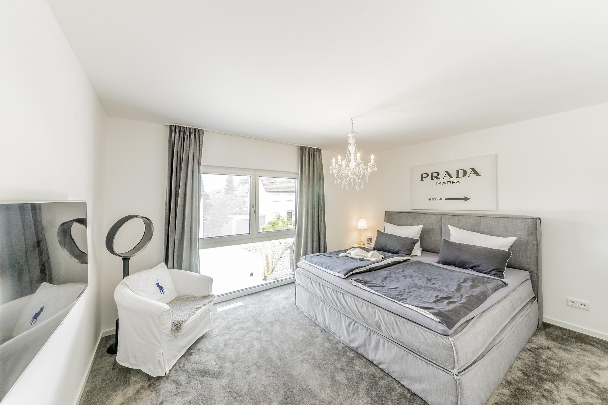 Schlafzimmer mit Teppichboden   FischerHaus: Fertighäuser aus Bayern