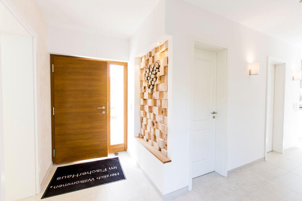 Haustüre aus hellem Holz mit Glasseitenteil