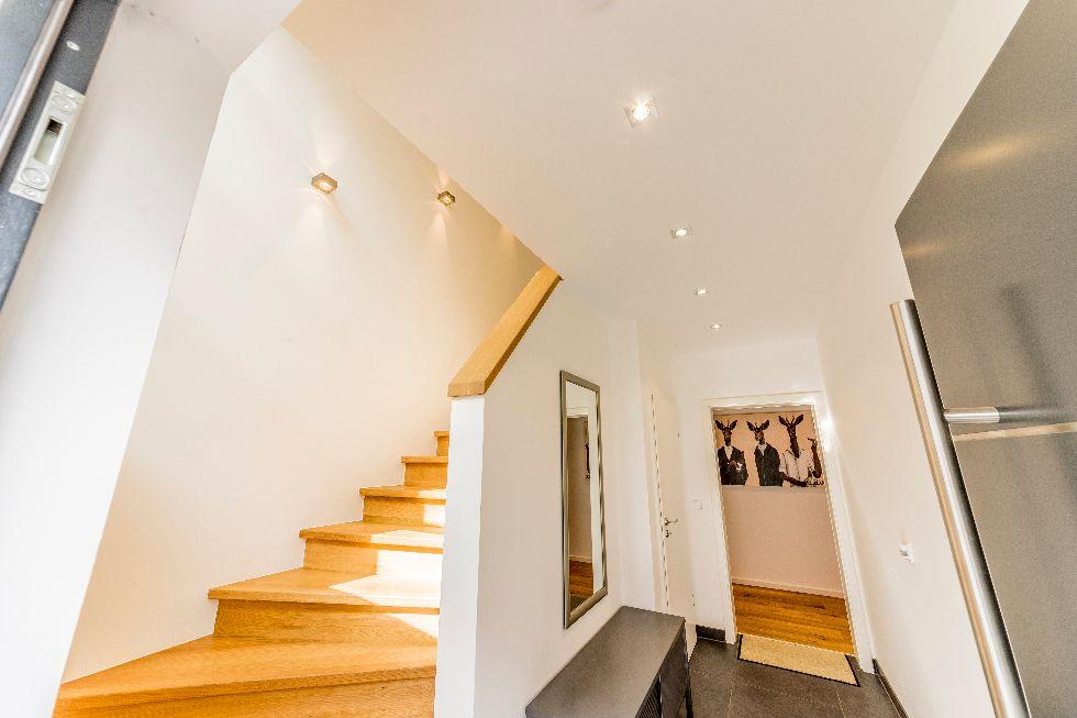 Geschlossene Holztreppe mit Setzstufen