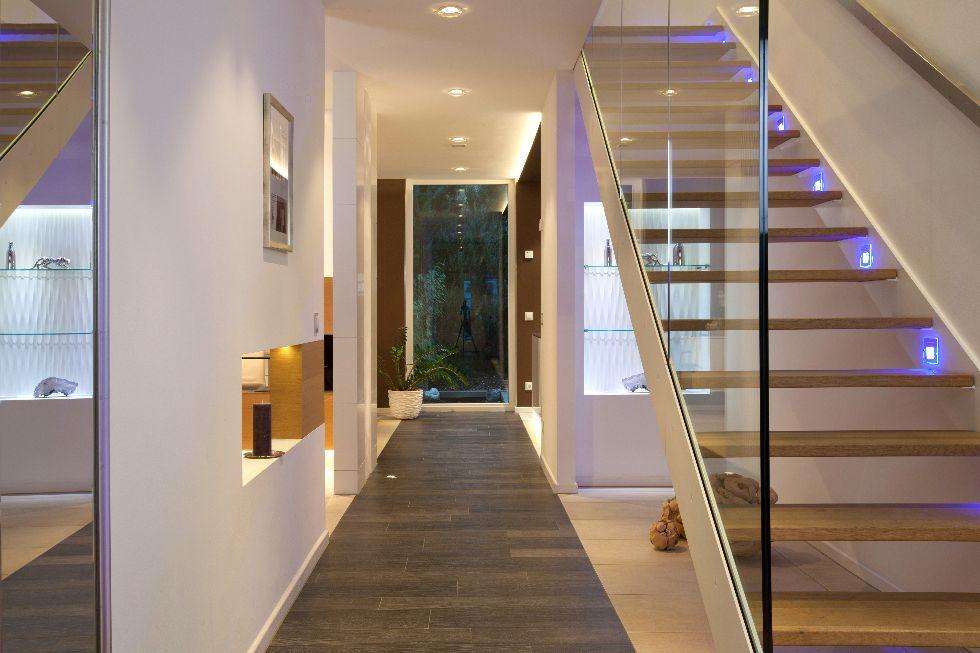 Beleuchtete Treppe mit Glasscheibe