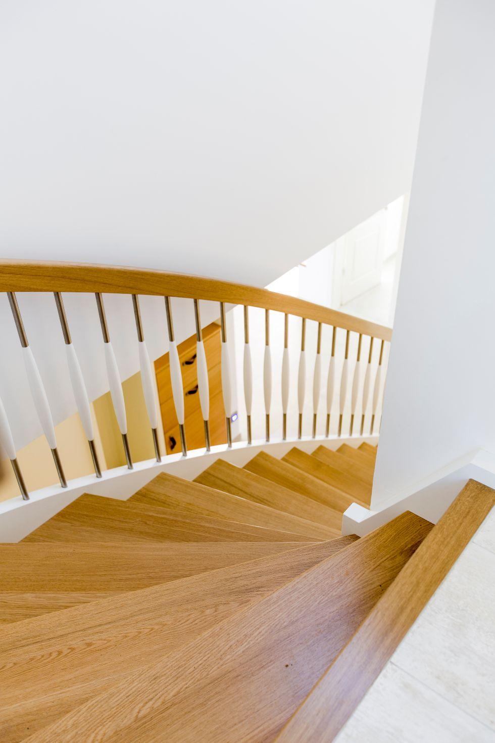 Viertelgewendelze offene Holztreppe