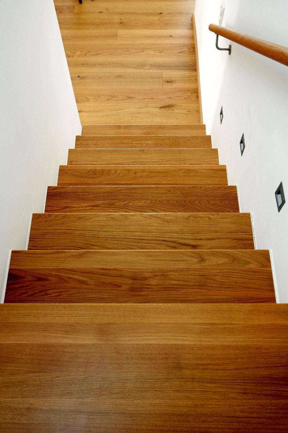 Beleuchtete geschlossene Holztreppe