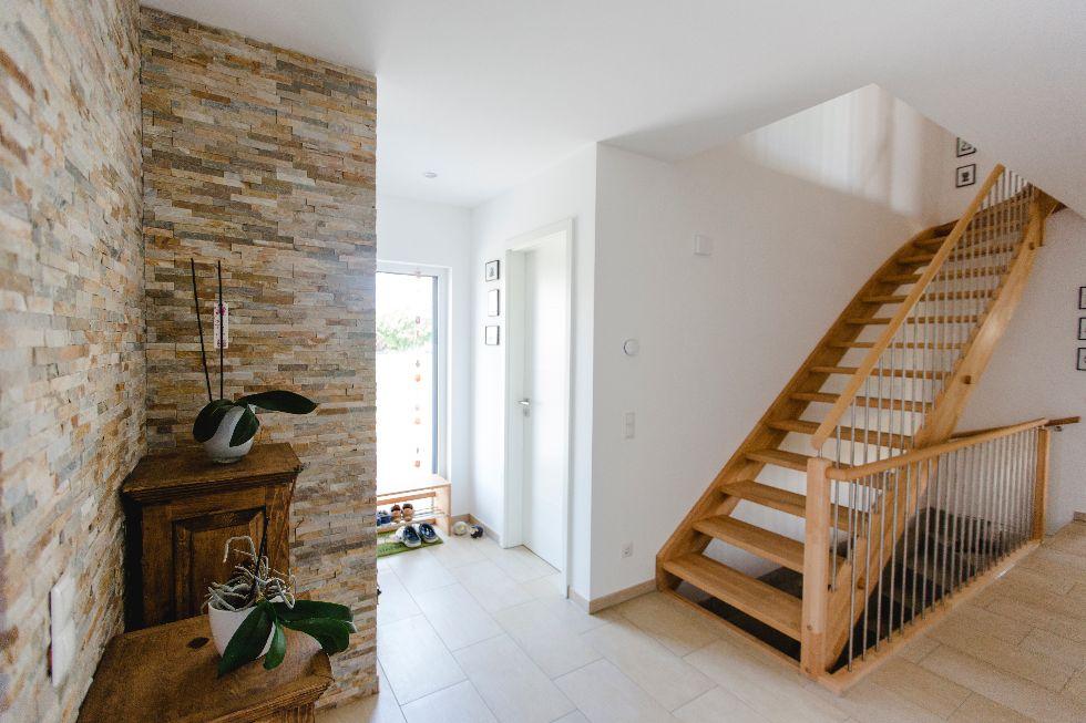 Offene Holztreppe mit Edelstahlsprossen