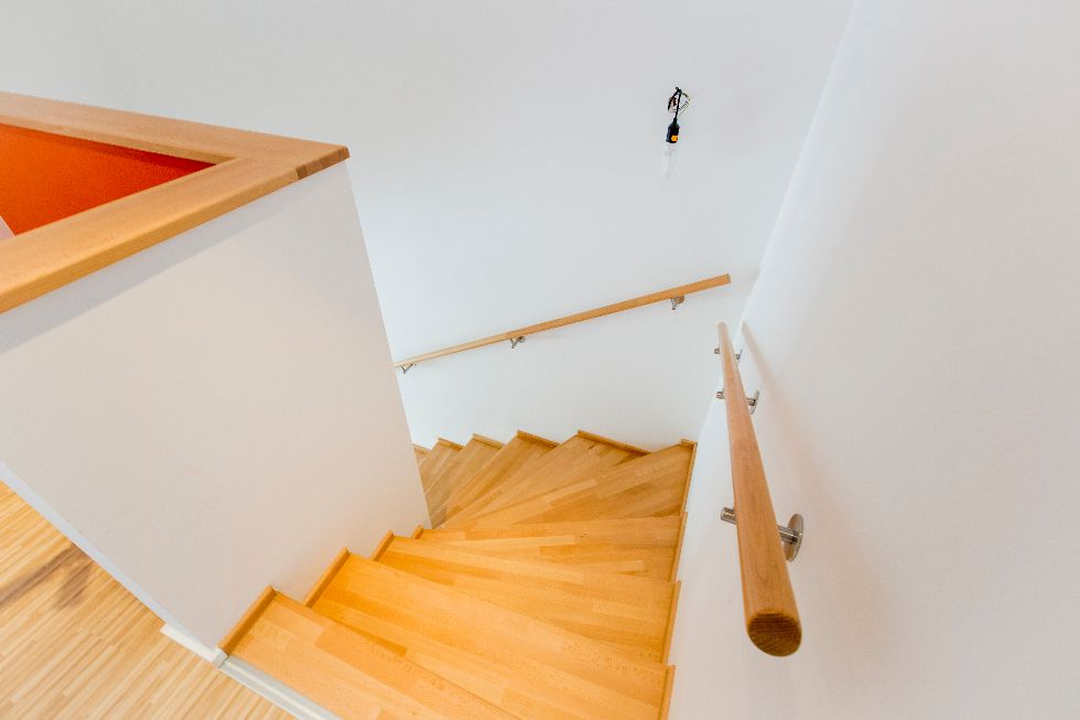 Viertelgewendelte geschlossene Holztreppe