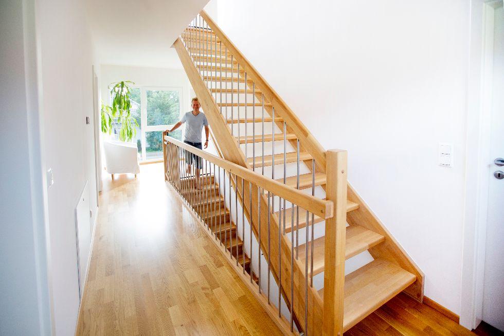 offene geradl ufige treppe mit edelstahlsprossen fischerhaus fertigh user aus bayern. Black Bedroom Furniture Sets. Home Design Ideas