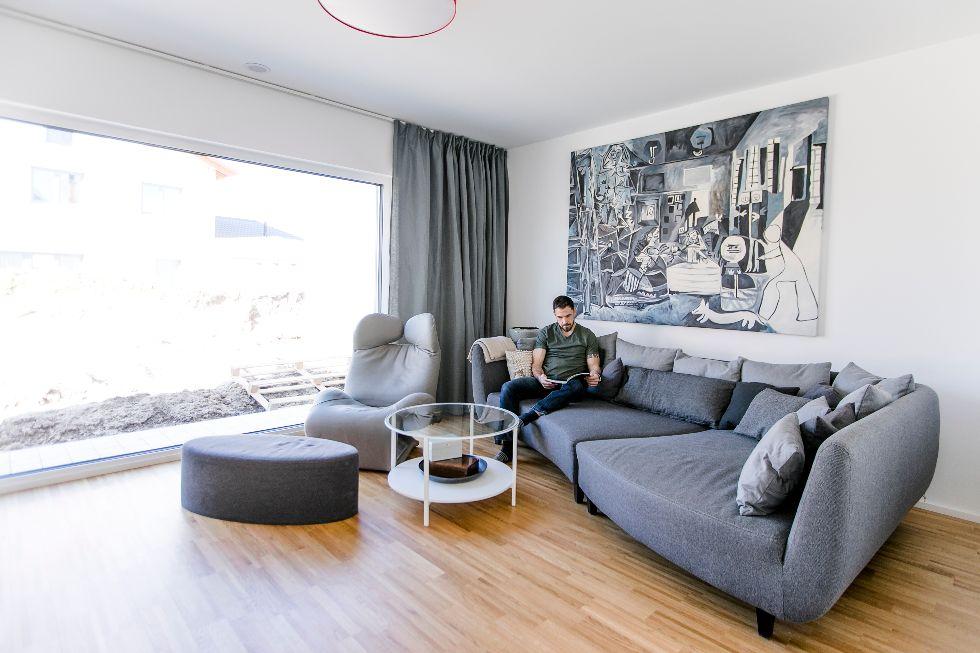 Modernes zeitloses Wohnzimmer mit XXL-Fenster